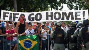 Demo Anti-Piala Dunia 2014 Kembali Guncang Brasil. Spanduk anti-Piala Dunia 2014 dibentangkan dalam unjuk rasa di kota Sao Paulo, Rabu (17/4/2014) pagi waktu setempat. (Foto: Tribun News)